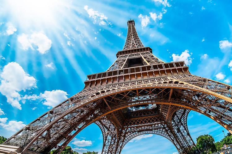 В городах Франции ввели комендантский час
